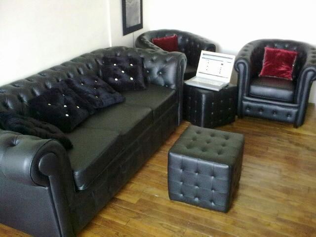 Canap chesterfield avec les fauteuils et les poufs assortis les chroniques - Le bon coin canape convertible 3 places ...