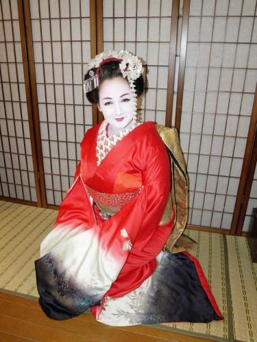 ceinture obi,costume traditionnel japonais,kimono,habit de geisha,maquillage de geisha,coiffure de geisha,chaussures de geisha,tongs en bois,fleurs dans les cheveux,bonnes manières,distinction nippone,gestes polis,éducation